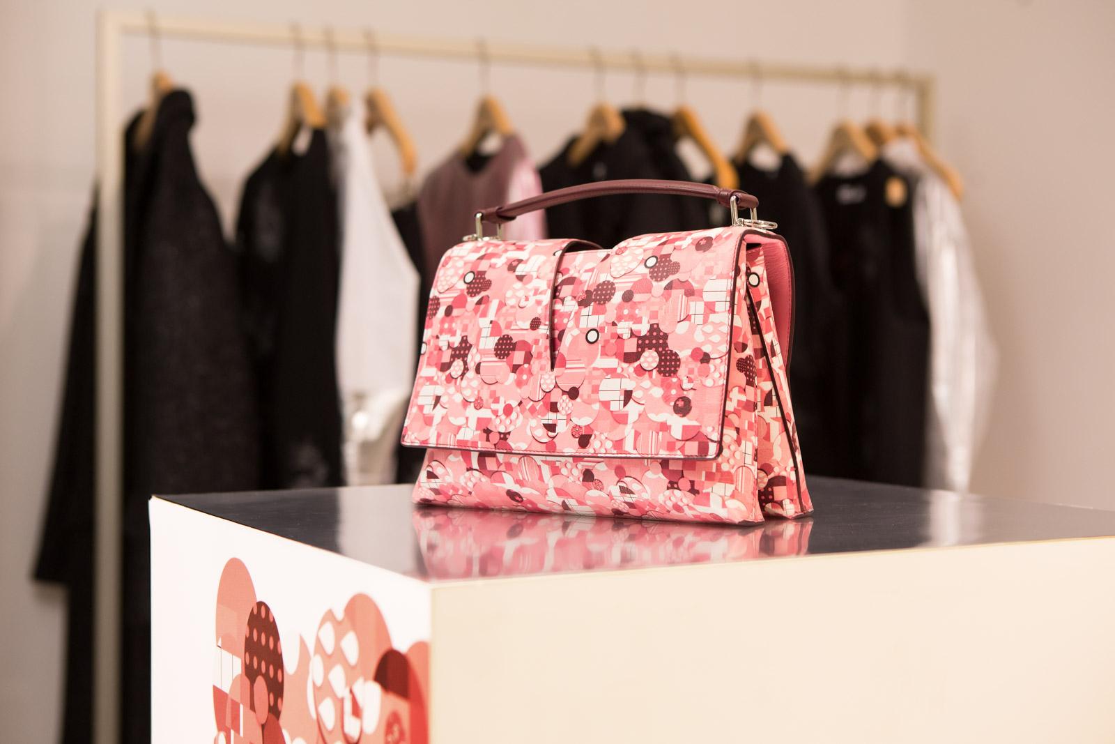 Jil Sander выпустил культовую сумку View Bag с принтом a la russe всего в  20 экземплярах e3391514caf